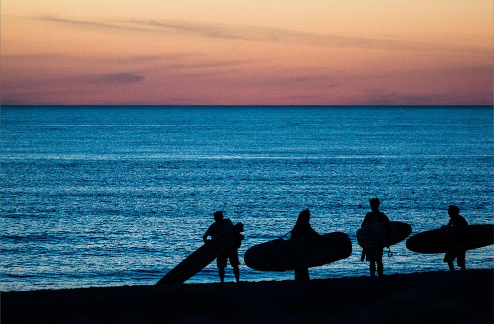 surf de nuit au cap ferret sur la bassin d'arcachon avec les élèves de l'école