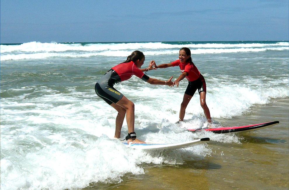 deux élèves en cours à l'école de surf du cap ferret sur le bassin d'arcachon