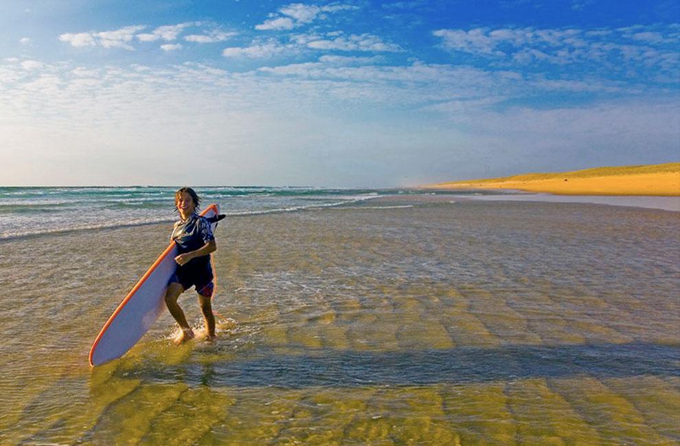 élèves de l'école de surf du cap ferret en plein cours et heureux
