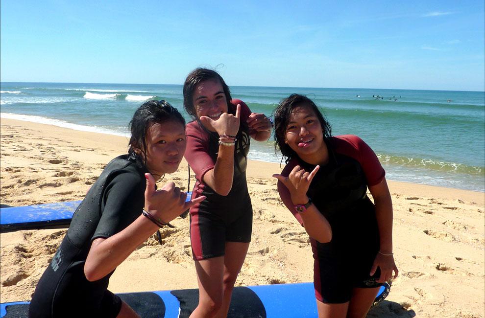 trois filles élèves en cours au sein de l'école de surf du cap ferret