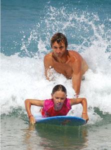 manu professeurs de surf accompagne une débute dans les vagues