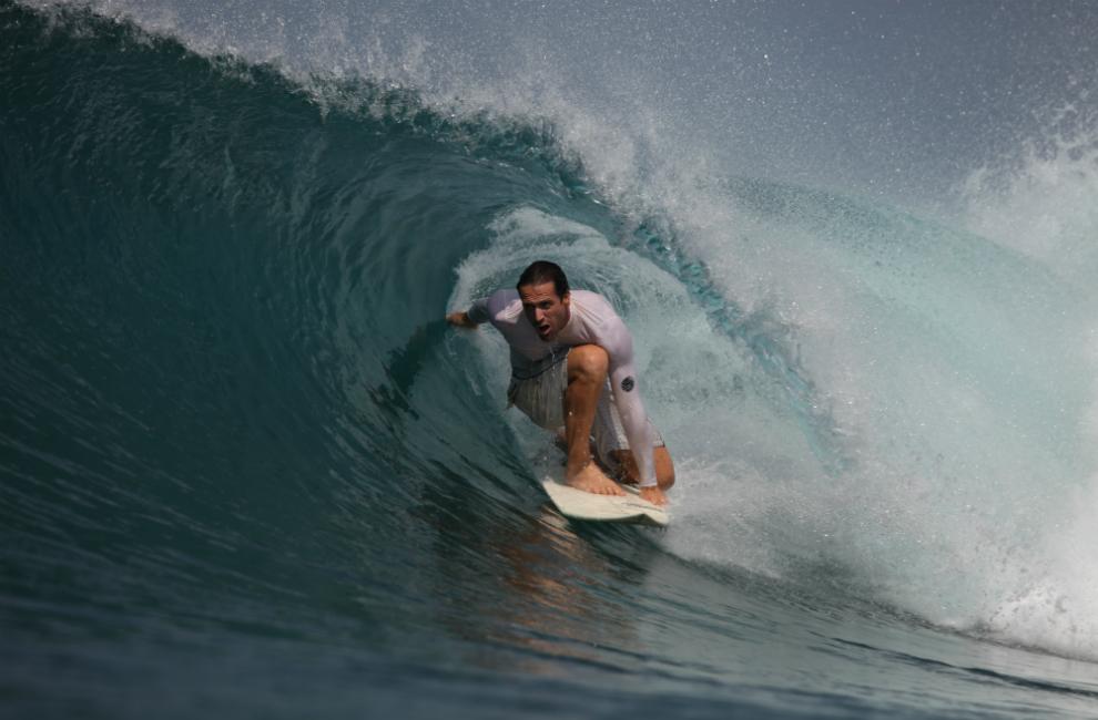 surfeur de l'école de surf du cap ferret sur le bassin d'arcachon dans un tube