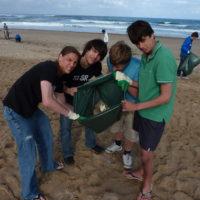 jeunes surfers nettoie plage cap ferret