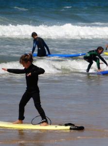 groupe d'enfants surf sur les vagues