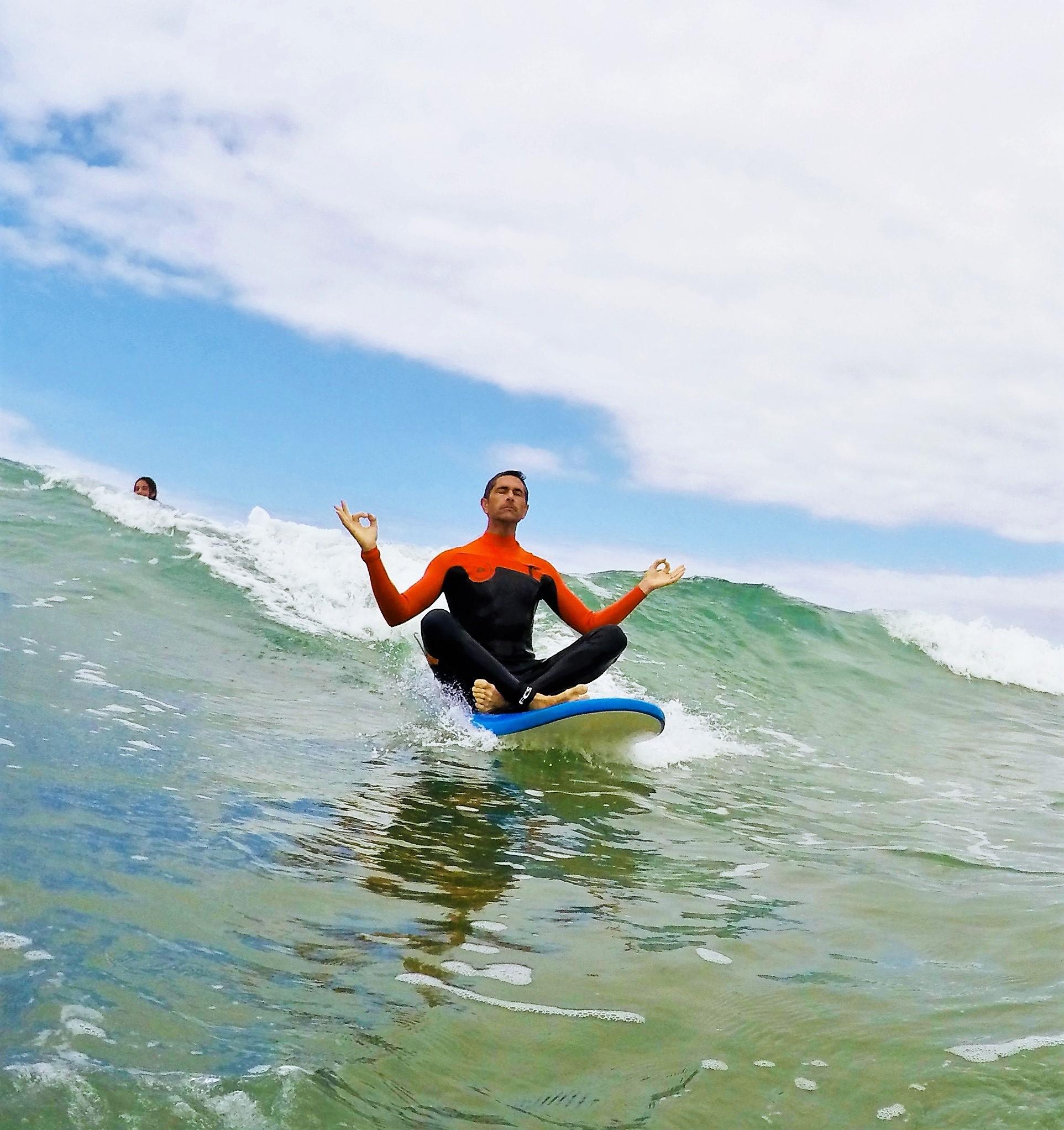 surfeur yoga sur sa planche