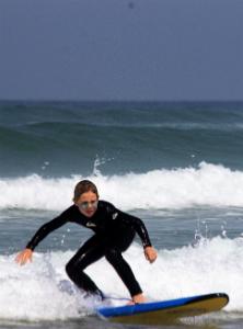 jeune adolescent surfe ses premières vagues au cap ferret